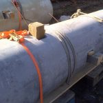 Außenansicht: Stahlarmierungen und Bohlen können mit Keilen und Leinen fixiert werden.